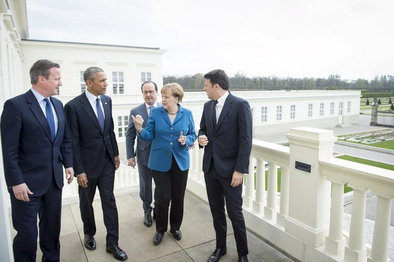 German Chancellor Angela Merkel (2nd R) stands with British Prime Minister David Cameron, U.S. President Barack Obama, French President Francois Hollande and Italian Prime Minister Matteo Renzi before talks at Schloss Herrenhausen in Hanover, Germany April 25, 2016. Photo: Bundesregierung/Guido Bergmann/Handout via Reuters