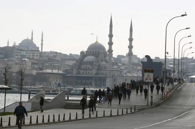 Pedestrians stroll along Galata bridge in Istanbul, Turkey, February 18, 2016. Photo: Reuters/Osman Orsa