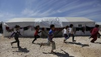 Internally displaced children run inside a refugee camp in Dana town after fleeing Palmyra, in northern Idlib province, Syria April 2, 2016.Photo: Reuters/Khalil Ashawi