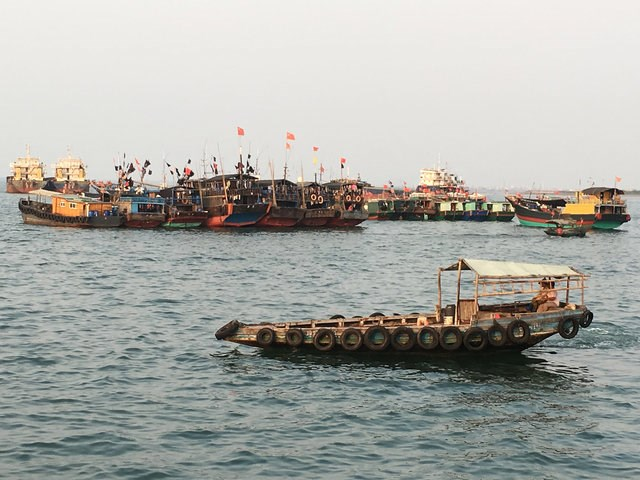 Fishing boats with Chinese national flags are seen at a harbor in Baimajing, Hainan province, April 7, 2016. Photo: Reuters/Megha Rajagopalan