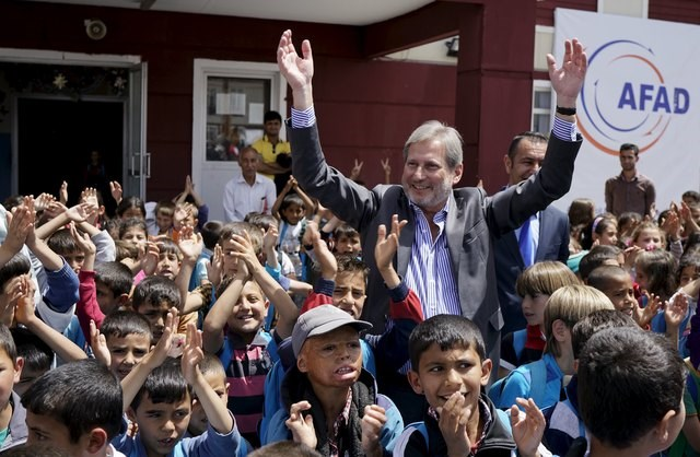 EU Enlargement Commissioner Johannes Hahn meets Syrian children at the Harran refugee camp in southeastern Sanliurfa province, Turkey, on April 26, 2016. Photo: Reuters/Umit Bektas
