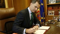 Spain's King Felipe signs a decree to dissolve parliament and call new elections at the Zarzuela Palace in Madrid, May 3, 2016. Photo courtesy of Casa de S.M. el Rey/Handout via REUTERS