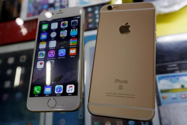 Two fake Apple iPhone 6s, which run the Android operating system with an iOS look-alike interface, selling at RMB 580 ($91) each, are seen in a photo illustration taken in Shenzhen, China September 21, 2015. Photo: Reuters/Staff/Illustration/File photo