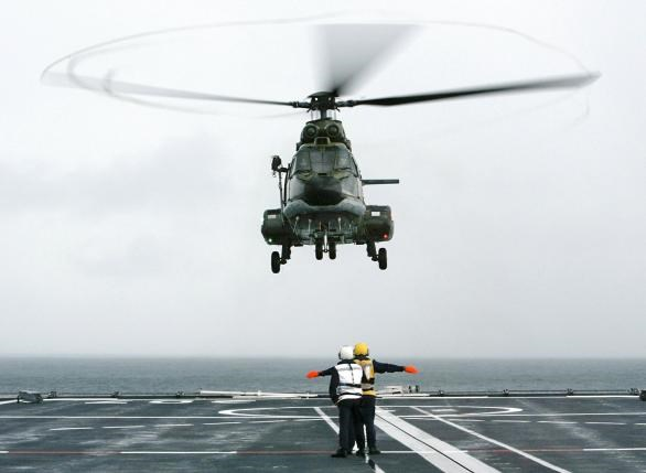 A Republic of Singapore Air Force Super Puma helicopter lands on the Singapore warship RSS Endurance during a search and rescue operation in the Singapore Strait, about 30 km (19 miles) east of the city state, on January 6, 2003. Photo: Reuters/Jonathan Drake/File Photo