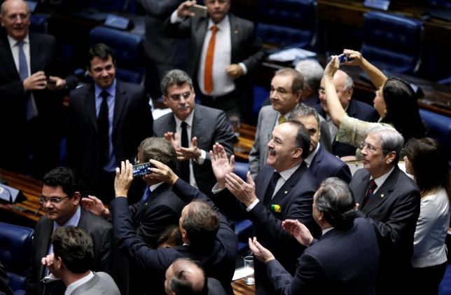 Members of Brazil's Senate react after a vote to impeach President Dilma Rousseff for breaking budget laws in Brasilia, Brazil, May 12, 2016. Photo: Reuters/Ueslei Marcelino