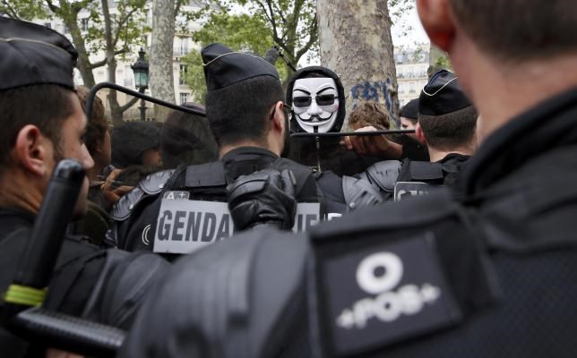 Riot police confront demonstrators protesting police violence and against French labour law reform at Place de la Republique in Paris, France, May 18, 2016. Photo: Reuters/Gonzalo Fuentes