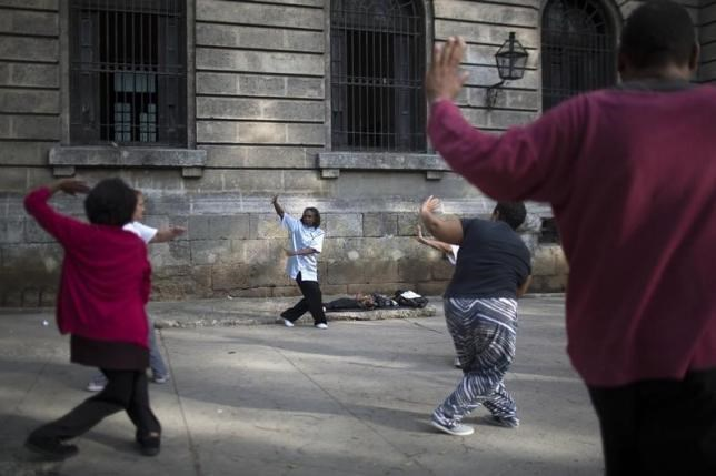People practise Tai Chi in Havana, January 23, 2015. Photo: Reuters/Alexandre Meneghini