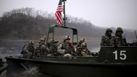 U.S. army soldiers take part in a U.S.-South Korea joint river-crossing exercise near the demilitarized zone separating the two Koreas in Yeoncheon, South Korea, April 8, 2016. Photo: Reuters/Kim Hong-Ji