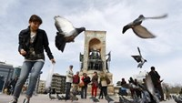 Local and foreign tourists stroll at Taksim square in central Istanbul, Turkey March 22, 2016. Picture taken March 22, 2016. Photo: Reuters/Osman Orsal