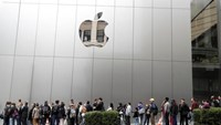 People wait in line for the opening of the next generation Apple Store in San Francisco, California, U.S. May 21, 2016. Photo: Reuters/Stephen Lam