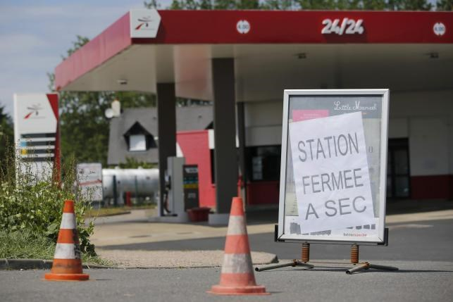 A placard which reads 'closed, dried up' is seen at a petrol station in Savenay, France, May 25, 2016. Photo: Reuters/Stephane Mahe