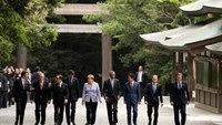 From L-R, Italian Prime Minister Matteo Renzi, European Commission President Jean-Claude Juncker, French President Francois Hollande, Canadian Prime Minister Justin Trudeau, German Chancellor Angela Merkel, U.S. President Barack Obama, Japanese Prime Minister Shinzo Abe, European Council President Donald Tusk, and British Prime Minister David Cameron visit Ise Grand Shrine in Ise, Mie prefecture, Japan, May 26, 2016. Photo: Reuters