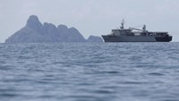 A Malaysian navy vessel patrols waters near Langkawi island, May 17, 2015. Malaysian vessels on Saturday intercepted a boat crammed with migrants after the Thai navy towed it away from Thailand, the latest of a number of vessels pushed back to sea by governments who have ignored a U.N. call for an immediate rescue. An estimated 25,000 Bangladeshis and Rohingya boarded smugglers' boats in the first three months of this year, twice as many in the same period of 2014, the UNHCR has said. Photo: Reu