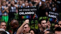 People stand during a vigil outside The Stonewall Inn remembering the victims of the Orlando massacre in New York, U.S., June 13, 2016. Photo: Reuters/Shannon Stapleton