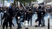 Demonstrators clash with police officers during a protest against proposed labor reforms in Paris on June 14, 2016. Photo: AFP/Alain Jocard