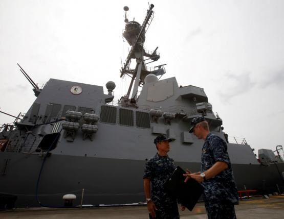U.S. Navy's Pacific Fleet Commander Admiral Harry Harris (L) speaks to an officer outside USS Spruance, an Arleigh Burke-class guided missile destroyer, moored in Singapore January 22, 2014. Photo: Reuters/Edgar Su/File Photo