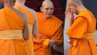Abbot Phra Dhammachayo (C) arrives for a ceremony at the Wat Phra Dhammakaya temple in Pathum Thani province, north of Bangkok on Makha Bucha Day, March 4, 2015. Reuters/Damir Sagolj/File Photo