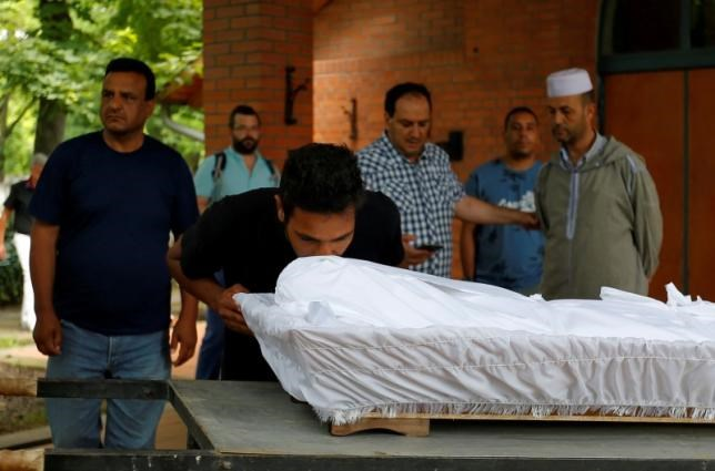 A brother of a Syrian migrant, Farhan Al-Hwaish, leans over his brother's body at his funeral in Szeged, Hungary June 20, 2016. Farhan Al-Hwaish had drowned in the Tisza river while trying to cross into Hungary from Serbia. Photo: Reuters/Laszlo Balogh
