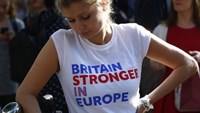 A woman wearing a vote remain tee-shirt reacts, following the result of the EU referendum, in London, Britain June 24, 2016. Photo: Reuters/Neil Hall