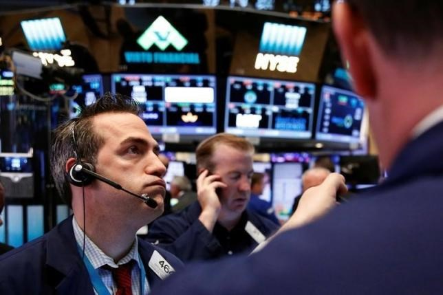 Traders work on the floor of the New York Stock Exchange (NYSE) after the opening bell in New York, U.S., June 24, 2016. Photo: Reuters/Lucas Jackson