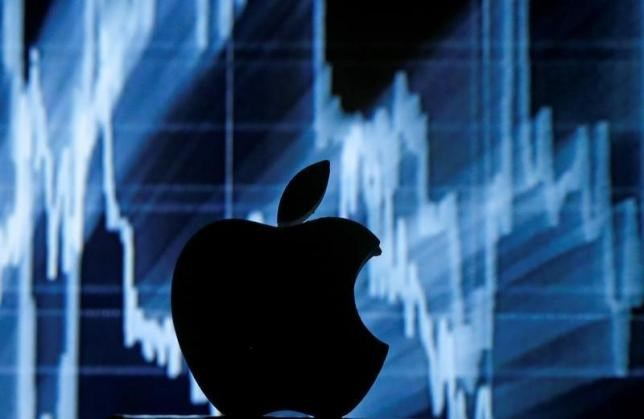 A 3D printed Apple logo is seen in front of a displayed stock graph in this illustration taken April 28, 2016. Photo: Reuters/Dado Ruvic/Illustration/File Photo