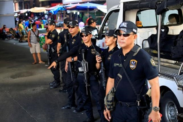 Members of the Philippine National Police Special Reaction Unit gather as part of a police visibility operation along a main road in Metro Manila, Philippines, June 4, 2016. Photo: Reuters/Romeo Ranoco/File Photo