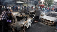 People inspect the site of a suicide car bomb in the Karrada shopping area, in Baghdad, Iraq July 3, 2016. Reuters/Khalid al Mousily