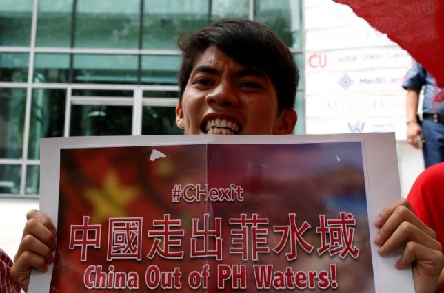 A demonstrator chants slogans during a protest over the South China Sea disputes outside the Chinese Consulate by members of the 'Bayan' (Nationalist) activist group in Makati City, Metro Manila, Philippines July 11, 2016. Photo: Reuters/Erik De Castro