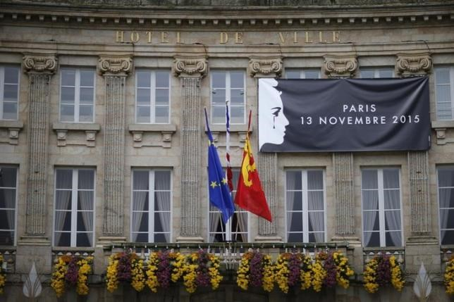 A banner to pay tribute to the victims of the Paris attacks is seen on the facade of the city hall in Alencon, France, November 25, 2015. Photo: Reuters/Stephane Mahe