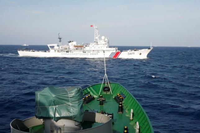 A ship (top) of the Chinese Coast Guard is seen near a ship of the Vietnam Marine Guard in the South China Sea, about 210 km (130 miles) off shore of Vietnam May 14, 2014. Photo: Reuters/Nguyen Minh/File Photo