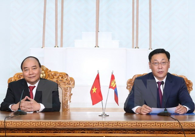 Vietnam's Prime Minister Nguyen Xuan Phuc (L) and his Mongolian counterpart Jargaltulga Erdenebat at a press conference in Ulan Bator on JUly 13, 2016. Photo: VNA