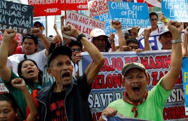 Demonstrators chant anti-China slogans during a rally over the South China Sea disputes by different activist groups, outside the Chinese Consulate in Makati City, Metro Manila, Philippines July 12, 2016. Photo: Reuters/Erik De Castro
