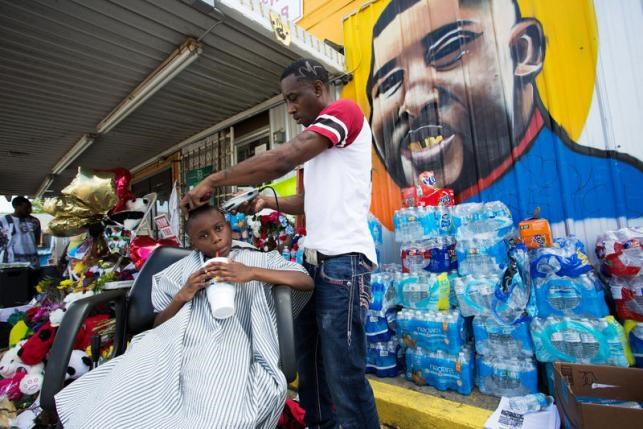 Markel Lee gets a 'Haircut for Justice' at the Triple S Food Mart at an impromptu memorial for Alton Sterling in Baton Rouge, Louisiana, U.S., July 12, 2016. Photo: Reuters/Jeffrey Dubinsky