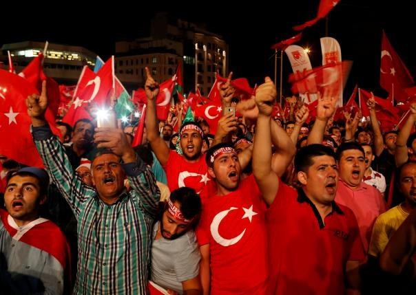Supporters of Turkish President Tayyip Erdogan shout slogans and wave Turkish national flags during a pro-government demonstration on Taksim square in Istanbul, Turkey, July 18, 2016. Photo: Reuters/Ammar Awad