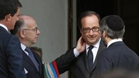 French President Francois Hollande (2ndR) speaks with France's Chief Rabbi Haim Korsia (R), Interior Minister Bernard Cazeneuve (2ndL) and Prime Minister Manuel Valls after a meeting with the French President and representatives of religious communities at the Elysee Palace in Paris, France, , July 27, 2016. Photo: Reuters/Benoit Tessier