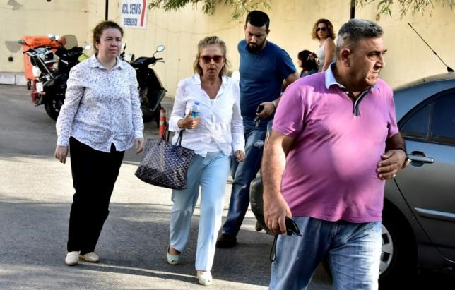 Turkish journalist Nazli Ilicak (C), also a well-known commentator and former parliamentarian, is escorted by a police officer (R) and her relatives (L and rear) after being detained and brought to a hospital for a medical check in Bodrum, Turkey, July 26, 2016. Photo: Reuters/Kenan Gurbuz