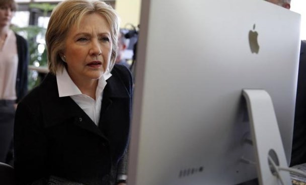 U.S. Democratic presidential candidate Hillary Clinton looks at a computer screen during a campaign stop at Atomic Object company in Grand Rapids, Michigan, U.S. March 7, 2016. Photo: Reuters/Carlos Barria/File Photo