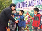 Nguyen Dac Vinh, the first secretary of the Ho Chi Minh Communist Youth Union's Central Committee, grants scholarships to poor students in Lao Cai Province's Lung Vai Commune February 18