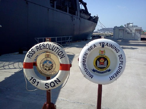 Singapore Navy vessel visits Vietnam
