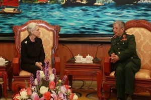 Deputy Minister of National Defense Nguyen Chi Vinh (R) holds a talk with Under Secretary of State for Political Affairs Wendy Sherman in Hanoi on March 4 / Photo courtesy of Vietnam News Agency