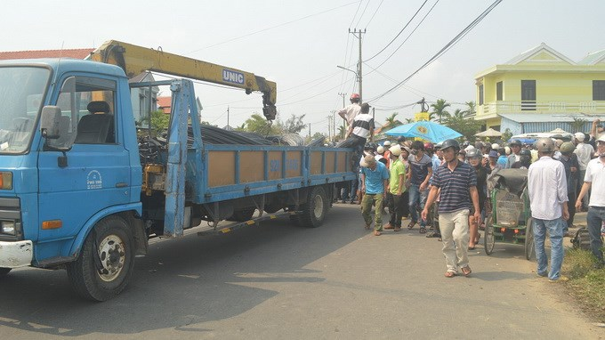 The truck which crashed into a motorbike, killing a foreign woman in Hoi An Town on Thursday / Photo courtesy of Tuoi Tre Newspaper