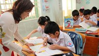 Tiny tots learn about Vietnam from English-language textbook