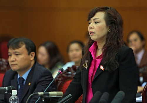 Minister of Health Nguyen Thi Kim Tien (R) replies to a question at the National Assembly April 1