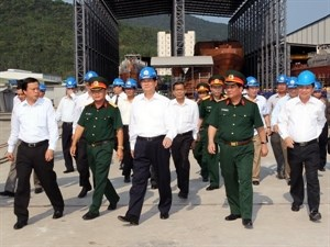 Prime Minister Nguyen Tan Dung leads a delegation to visit a shipbuilding company in Da Nang City April 14
