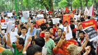 Vietnamese take to streets in protest against China's oil rig incursion