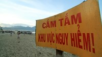 A warning sign of a dangerous area on Xuan Thieu Beach in Da Nang. Photo: VnExpress
