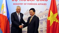 Philippine Foreign Secretary Albert del Rosario (L) poses for a photo with Vietnamese Deputy Prime Minister and Foreign Minister Pham Binh Minh in Hanoi July 2, 2014. Photo credit: Reuters