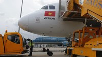 A worker pumps fuel into a Vietjet Air A320 aircraft, in front of a Vietnam Airlines aircraft at Tan Son Nhat airport in Vietnam's southern Ho Chi Minh city on Oct 20, 2013. Photo: Reuters