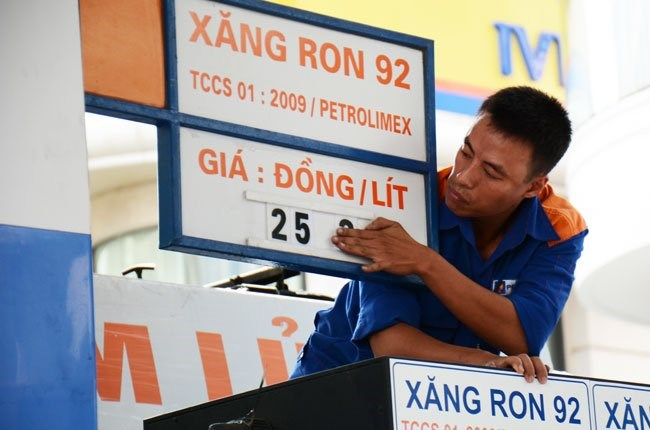 A filling station employee fixes gasoline prices on July 28. Photo credit: Thoi Bao Kinh Te Saigon