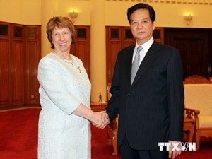 Prime Minister Nguyen Tan Dung shakes hands with Catherine Ashton, High Representative of the Union for Foreign Affairs and Security Policy, in Hanoi on August 12. Photo credit: Vietnam News Agency